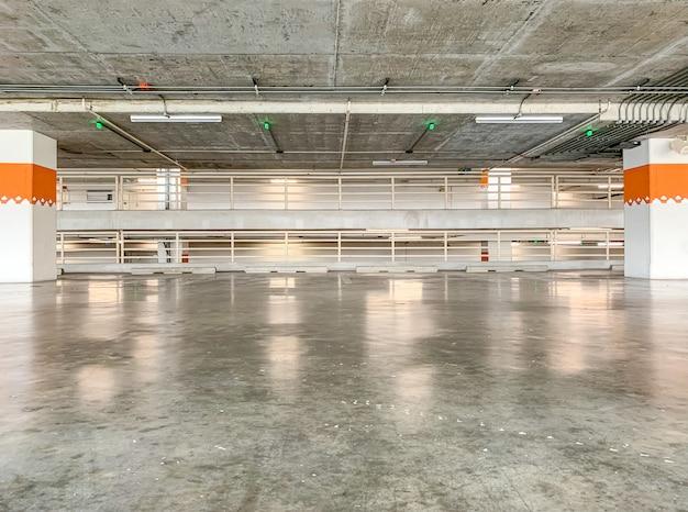 Wnętrze garażu, budynek, wnętrze pustej przestrzeni parkingowej.
