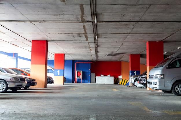 Wnętrze garażu, podziemne wnętrze z zaparkowanymi samochodami