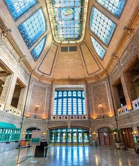 Wnętrze gare du palais, historycznego dworca kolejowego w mieście quebec w kanadzie
