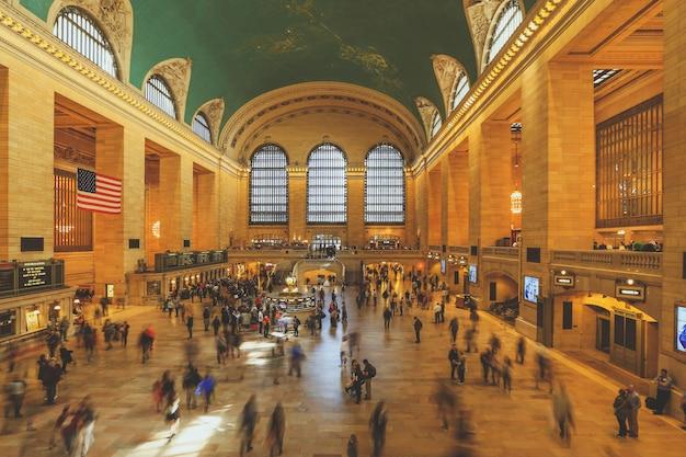 Wnętrze grand central terminal w nowym jorku. grand central terminal to podmiejski terminal szybkiej kolei i międzymiastowy w nowym jorku