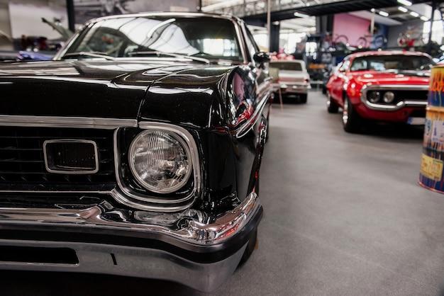 Wnętrze grona luksusowych samochodów stojących na wystawie samochodowej