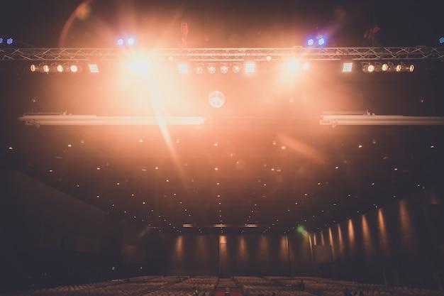 Wnętrze hali wystawowej z oświetleniem