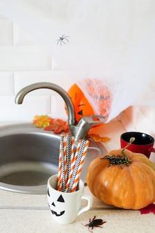 Wnętrze halloween z dyniami w kuchni.