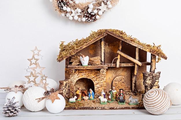 Wnętrze hygge bożego narodzenia z szopką bożonarodzeniową ze świętą rodziną i trzema mędrcami