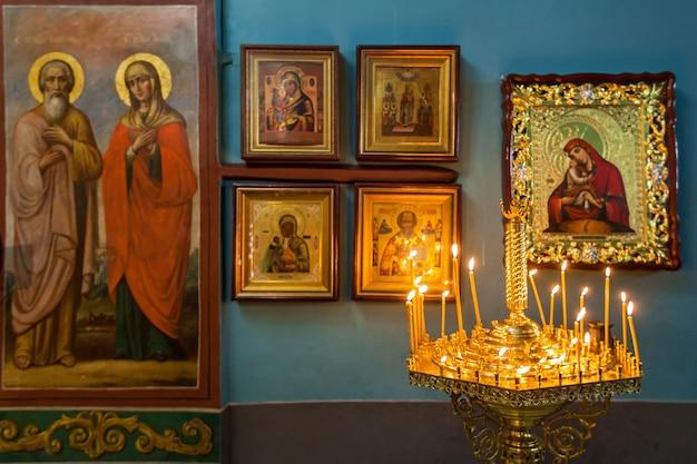 Wnętrze ikonostasu ołtarzowego kościoła św. michała i pięknych historycznych łuków architektonicznych