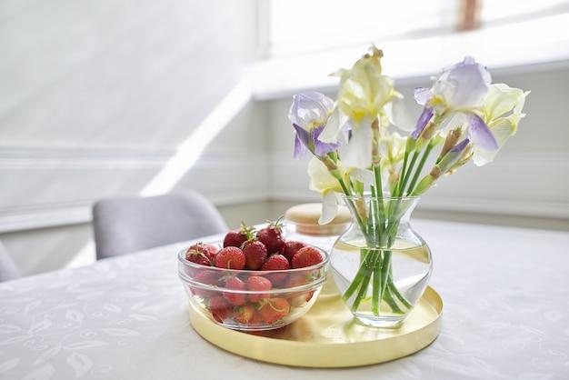 Wnętrze jadalni domowej, stół z białym obrusem