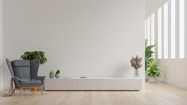 Wnętrze jasnego salonu z fotelem na pustej białej ścianie