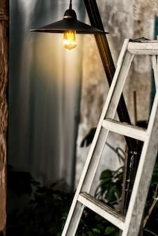 Wnętrze jest w stylu loftu, lampa edisson świeci ciepłym stylem, białe schody to wystrój. spokojna strefa stylu życia bez pośpiechu.