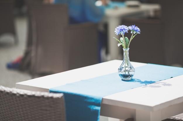Wnętrze kawiarni lub restauracji lub jadalni z niebieskimi kwiatami