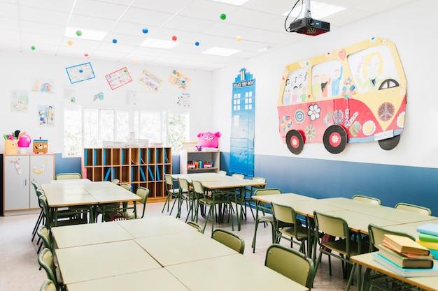 Wnętrze klasy szkoły podstawowej