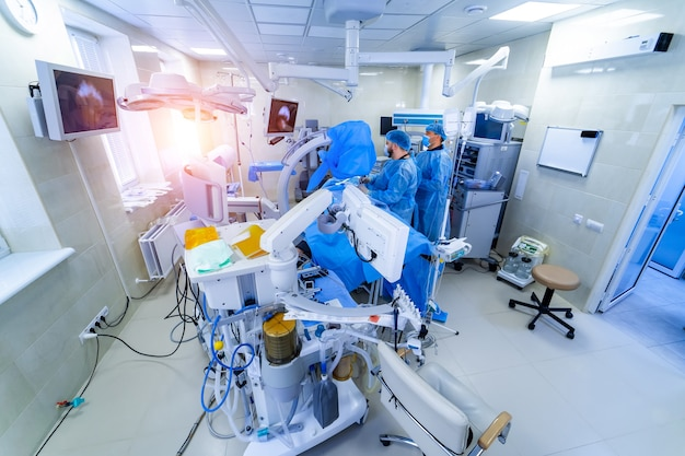 Wnętrze kliniki ze stołem operacyjnym, lampami i ultranowoczesnymi urządzeniami, technologia, wnętrze hi-tech, koncepcja medycyny