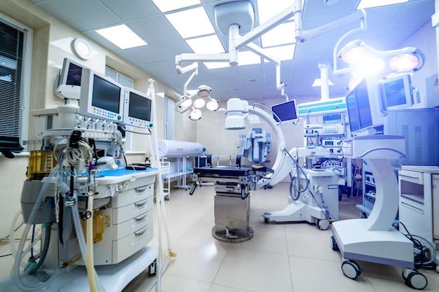 Wnętrze kliniki ze stołem operacyjnym, lampami i ultranowoczesnymi urządzeniami