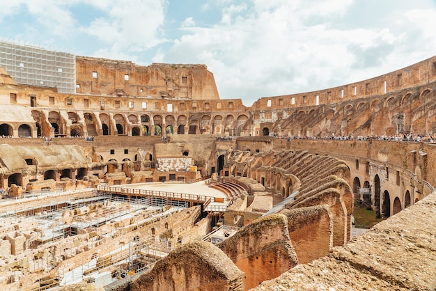 Wnętrze koloseum lub koloseum aka flavian amphitheatre (anfiteatro flavio, colosseo), rzym, włochy