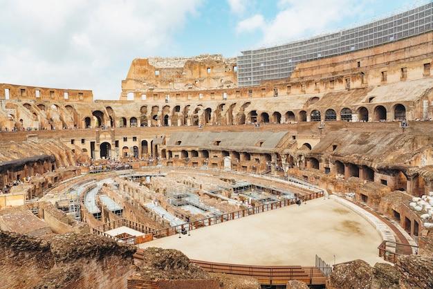 Wnętrze koloseum lub koloseum, czyli amfiteatr flawiuszów