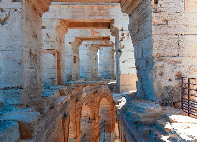 Wnętrze Koloseum Lub Koloseum W Arles We Francji. Selektywna Ostrość Premium Zdjęcia