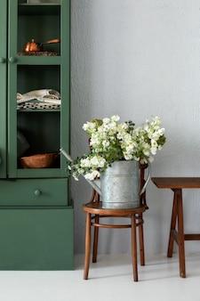 Wnętrze kuchni z meblami bukiet kwiatów w konewce stylowa kuchnia z kwiatami