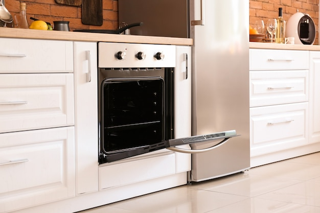 Wnętrze kuchni z nowoczesnym piekarnikiem