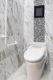 Wnętrze łazienki dla osób niepełnosprawnych lub starszych. poręcz dla osób niepełnosprawnych i starszych