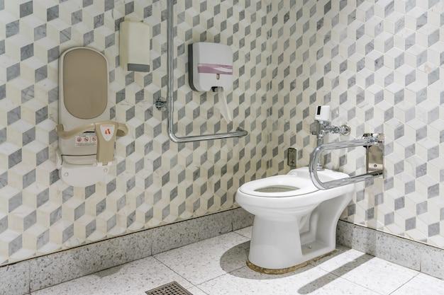 Wnętrze łazienki dla osób niepełnosprawnych lub starszych.