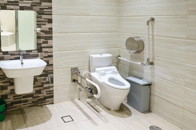 Wnętrze łazienki dla osób niepełnosprawnych lub starszych