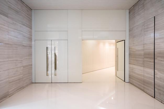 Wnętrze łazienki w centrum handlowym