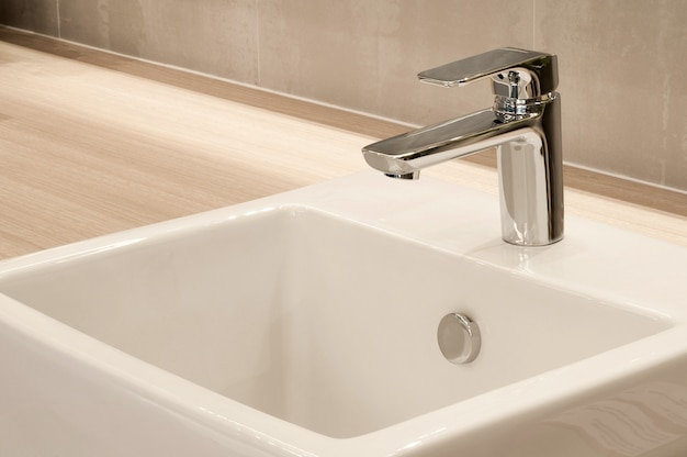 Wnętrze łazienki z umywalką i kranem, nowoczesny design łazienki,