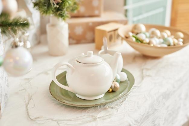 Wnętrze lekka kuchnia z bożonarodzeniowym wystrojem i drzewem. kuchnia w kolorze turkusowym w stylu klasycznym.