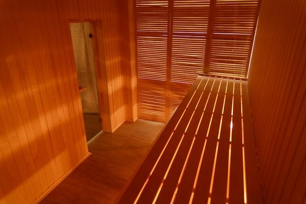 Wnętrze małej domowej drewnianej sauny