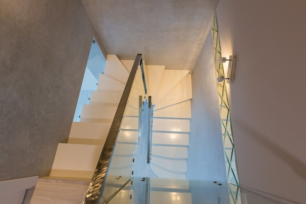Wnętrze mieszkania, schody na ii kondygnację domu z oświetleniem