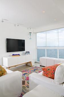 Wnętrze mieszkania z widokiem na ocean.