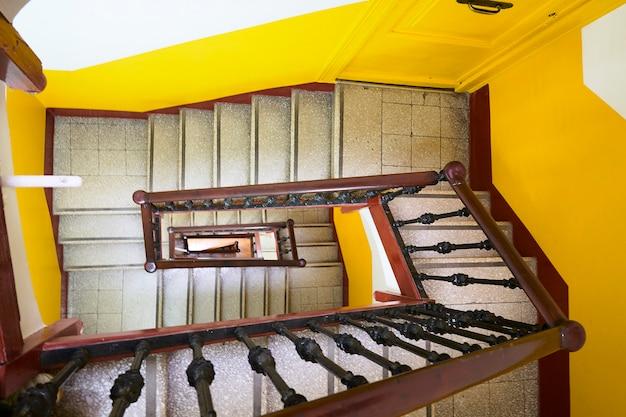 Wnętrze na piętrze w starym budynku