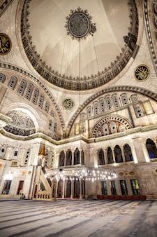 Wnętrze niebieskiego meczetu znane również jako meczet sułtana ahmeda w turcji w stambule