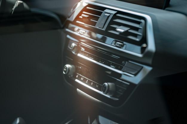 Wnętrze nowego komfortowego samochodu prestiżu z bliska