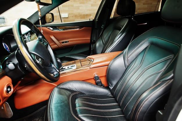 Wnętrze nowego luksusowego samochodu sportowego.