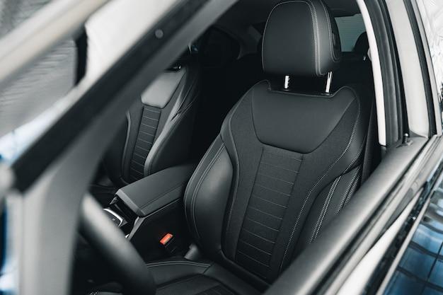 Wnętrze nowego wygodnego samochodu prestiżu z bliska