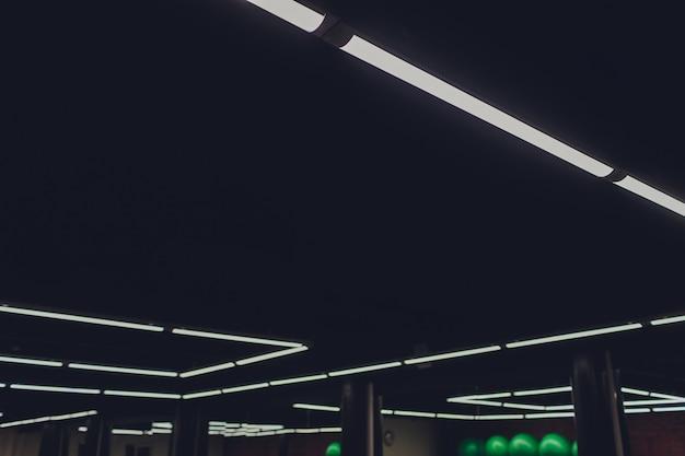 Wnętrze nowoczesne światło w centrum handlowym futurystyczny sufit z oświetleniem.