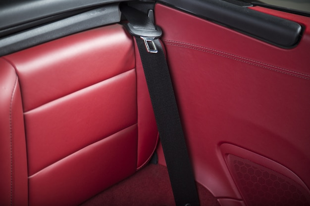 Wnętrze nowoczesnego czerwonego luksusowego samochodu sportowego
