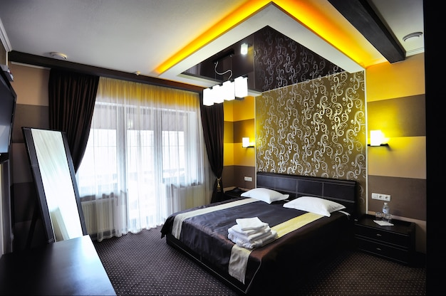 Wnętrze nowoczesnego komfortowego pokoju hotelowego