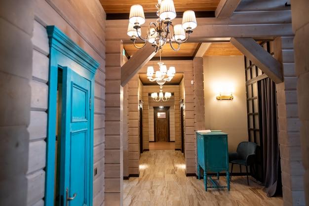Wnętrze nowoczesnego luksusowego budynku z długim korytarzem i wiszącymi wzdłuż niego żyrandolami