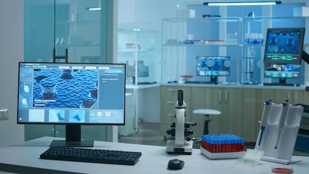 Wnętrze nowoczesnego naukowca nowoczesnego laboratorium biologicznego z pustym tłem przygotowanym do opracowania szczepionki przeciwko wirusowi covid19 przy użyciu zaawansowanych technologicznie narzędzi mikrobiologicznych do badań naukowych.