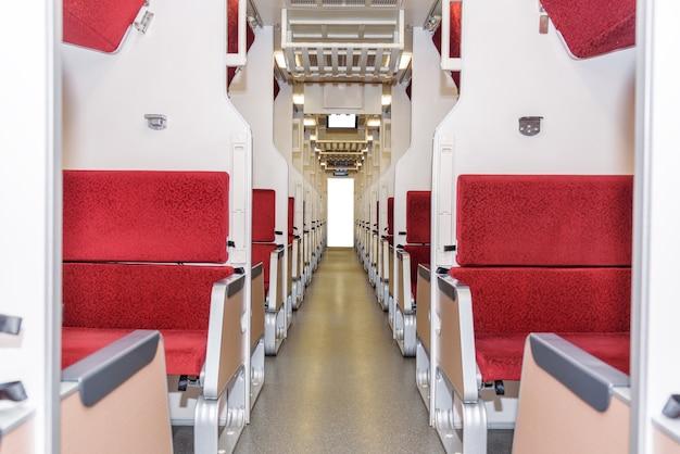 Wnętrze nowoczesnego pociągu z przejściem