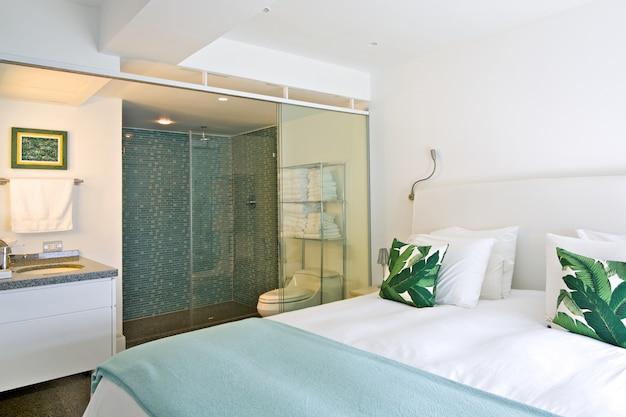 Wnętrze nowoczesnego pokoju z łazienką, apartament na plaży.
