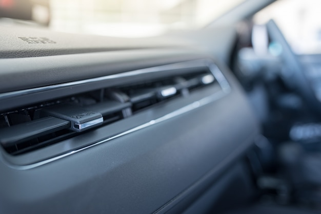 Wnętrze nowoczesnego samochodu, klimatyzator samochodowy