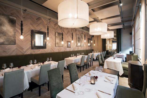 Wnętrze nowoczesnej ekskluzywnej restauracji