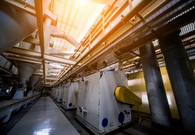 Wnętrze nowoczesnej fabryki naturalnego oleju. orurowanie, pompy i silniki