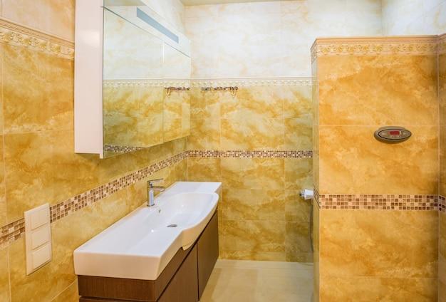 Wnętrze nowoczesnej łazienki domu z marmurowymi płytkami