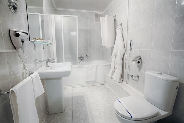 Wnętrze nowoczesnej łazienki hotelowej