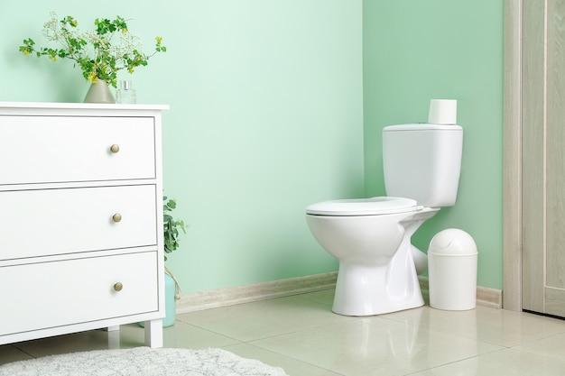 Wnętrze nowoczesnej łazienki z kwiatowym wystrojem