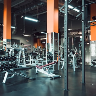 Wnętrze nowoczesnej siłowni z wyposażeniem
