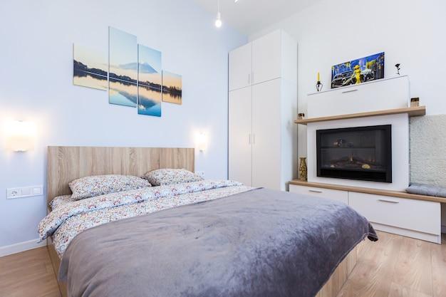Wnętrze nowoczesnej sypialni z dużym stylowym łóżkiem